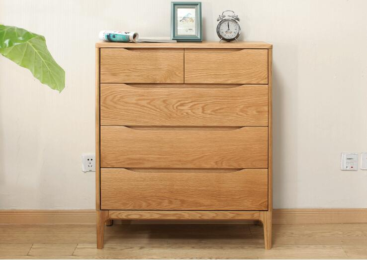 由多个抽屉并排组合的斗柜,是一种主要用于存放东西的柜子,便于收纳小型物品,但其功能比较单一。在市场上流行的斗柜风格主要分为:英式风格、韩式风格 、 现代风格、田园风格、古典风格、中式风格、彩色磨砂等。在实际生产生活中,我们应该根据使用需求和室内空间的大小,来决定选择不同大小的斗柜,还要考虑到使用的空间,一般多斗柜摆放时需要拉出抽屉和使用时取放东西的足够空间,最低限度要保留七十五公分。
