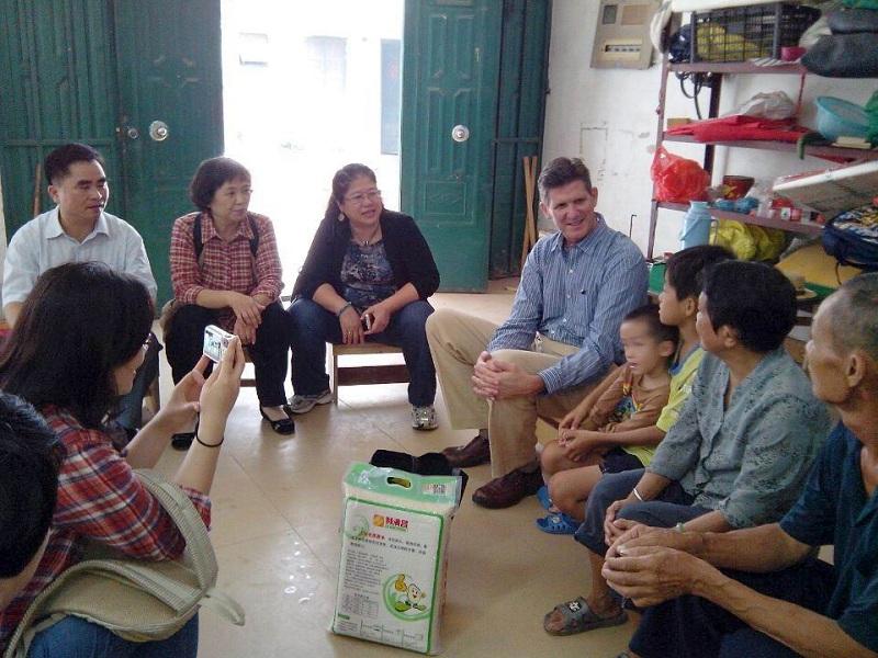 看望南宁九曲湾助学项目受助孩子