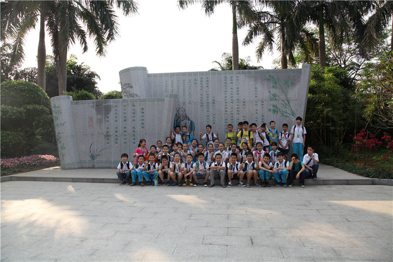 2011年青秀山风景区师生一起学习国学.jpg
