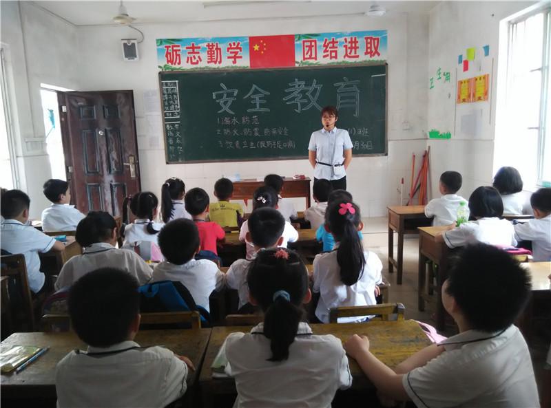 黄彩萍老师在传授安全教育知识