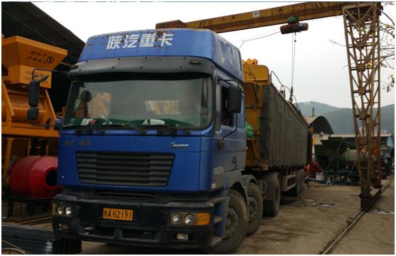 廣西2017年3月5日,出口越南的JS500攪拌機,HPD1200配料機等,正在工廠裝車。March 5, 2017,  JS500 mixer & HPD1200 batching machine etc. exported to Vietnam,