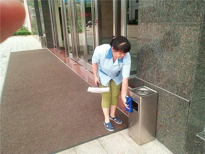 保洁工人擦拭垃圾筒