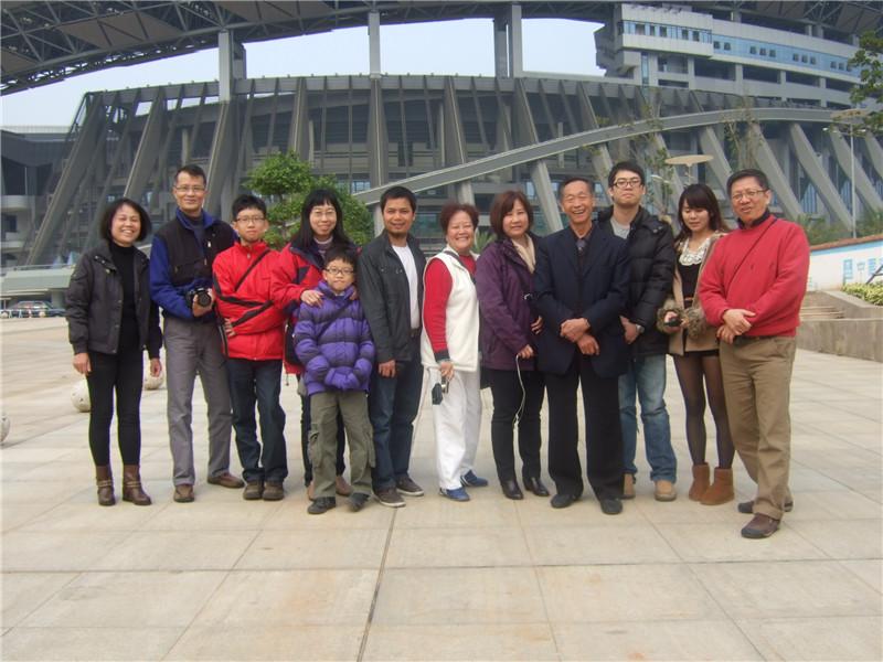 与新加坡及香港代表团一起参观区体育场