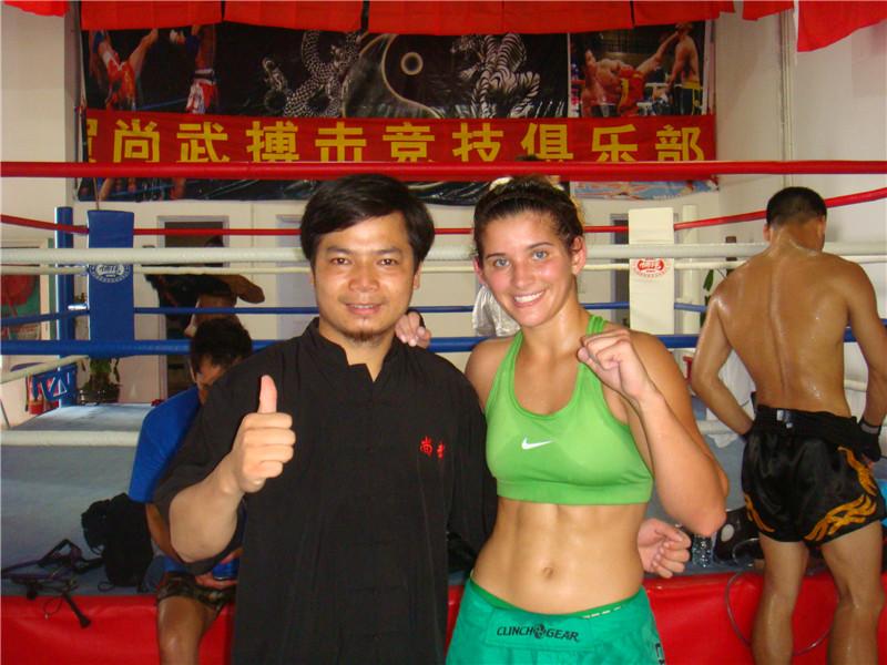 张教练与美国第一美女拳手特劳尼合影