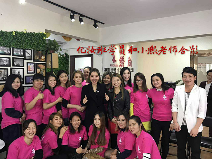 贺州2017年第一期化高级化妆师培训课程的学员和小熙老师合影