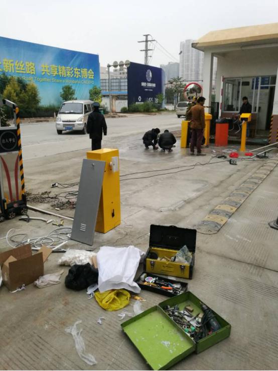 南宁联讯U谷产业园车牌识别道闸安装.png