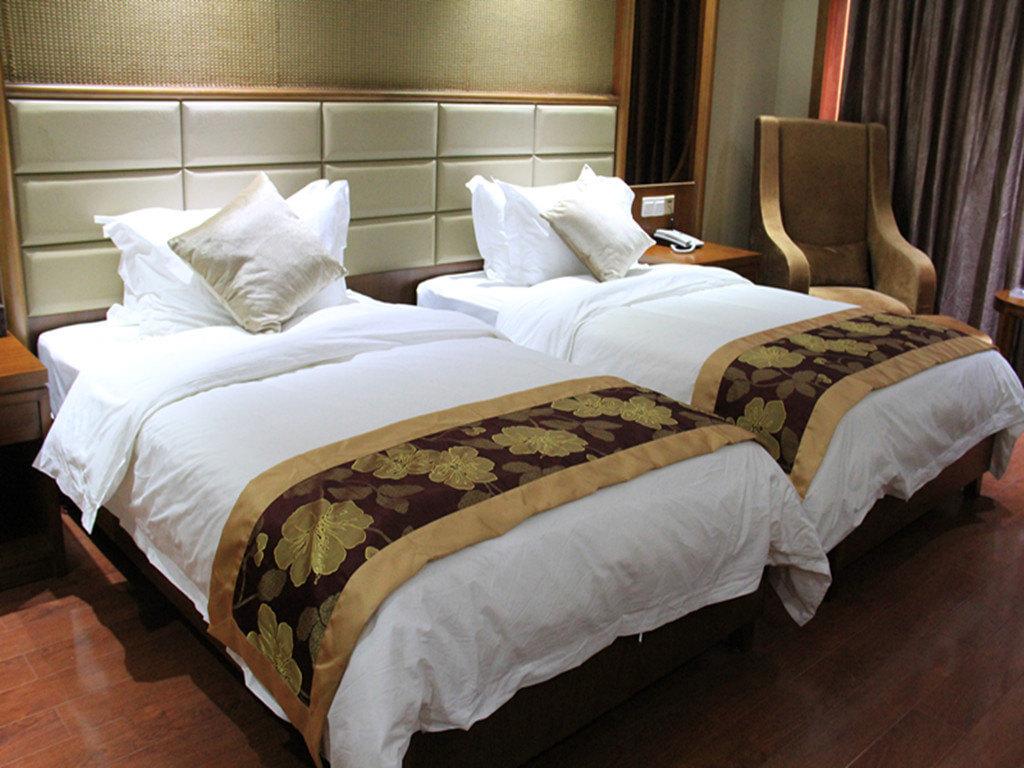 随着酒店行业的快速发展,酒店床上用品也相应的受到人们的关注,特别是酒店床上用品的干净卫生方面的关注尤为明显,因此在酒店应尤为重视酒店床上用品的保养,那么酒店床上用品的保养方法有哪些呢? 酒店床上用品供应商为您总结了一下几点,一起来了解一下吧! 1、初次使用前,先下水漂洗一次,可将表面的浆质及印染浮色洗掉,这样使用起来会比较柔软,将来清洗时也不易褪色。