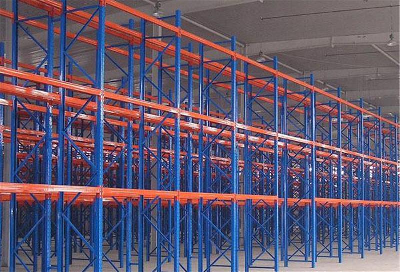 倉庫里的貫通式貨架