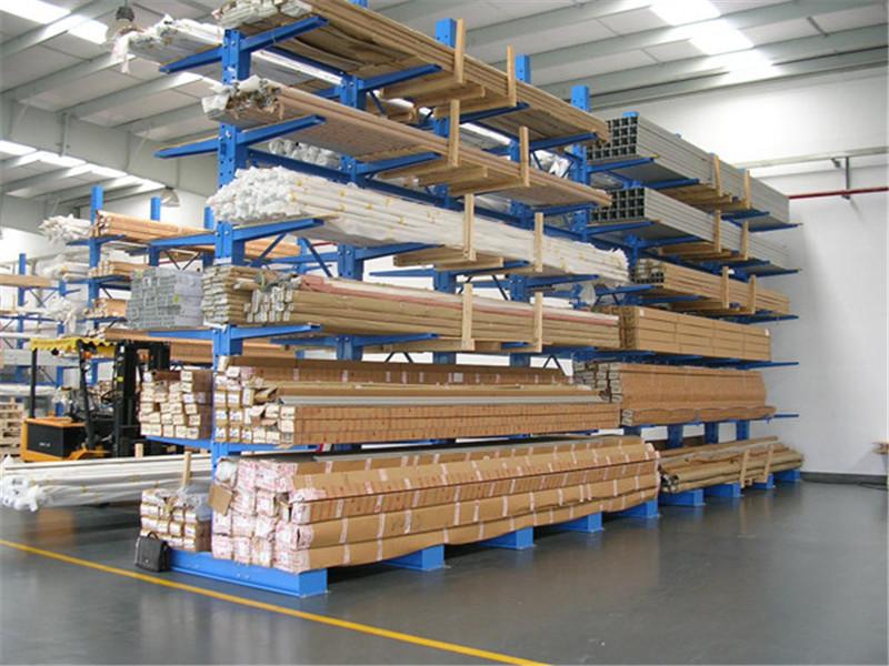 倉庫里的懸臂式貨架