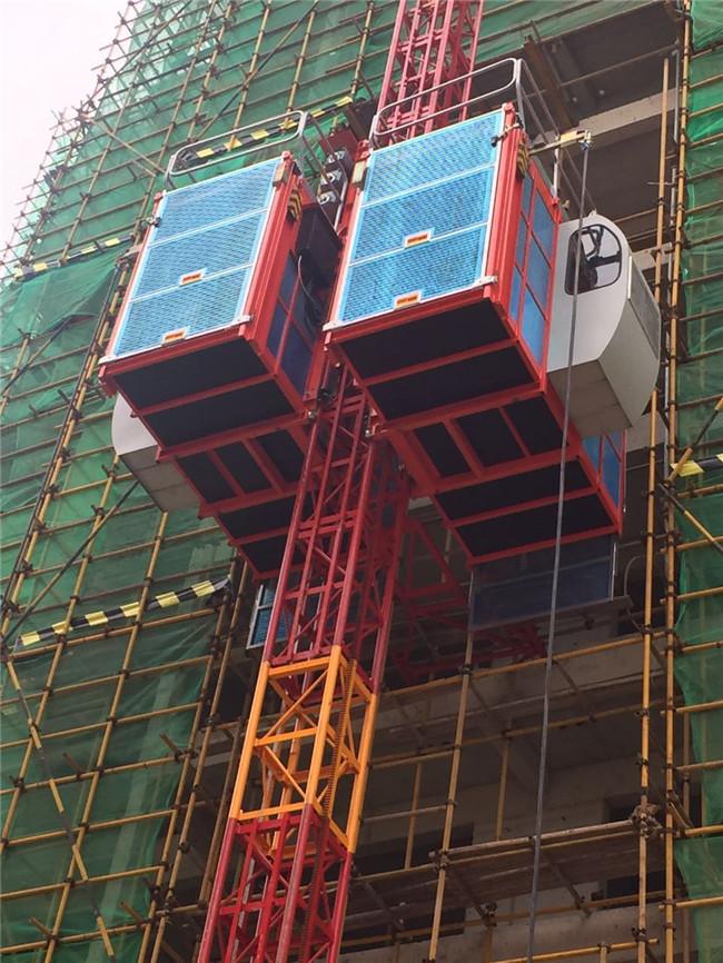 懸在半空中的施工電梯