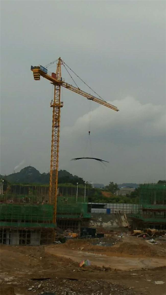 塔式起重正在吊裝鋼材