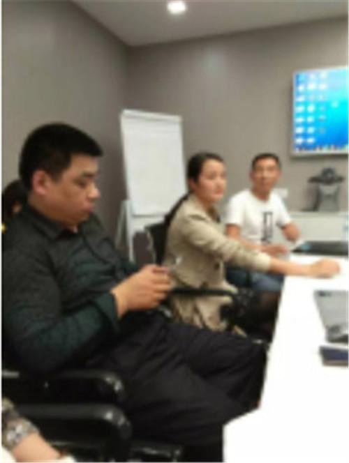越南分公司会议讨论中