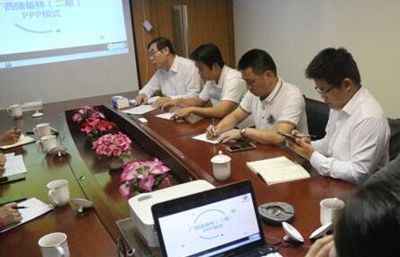 桂林市、百色等各縣政府相關人員前來公司洽談林地收儲工作,董事長帶領專家團在公司進行交流