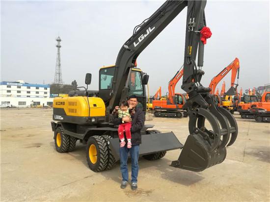 老板和家人喜提挖掘机