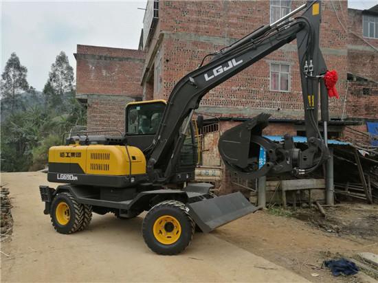 新买的轮式挖掘机到家了